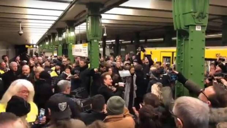 U2 pasa la gorra en el metro de Berlín