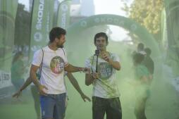 Miles de personas disfrutan de la «Color Run» en Sevilla