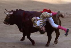 Aterradoras imágenes de las cogidas de Javier Jiménez y Eugenio de Mora en San Fermín