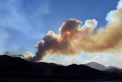 El lento avance de los bomberos para sofocar el descontrolado incendio de California