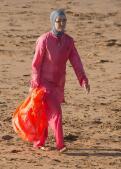 Mujeres tapadas hasta arriba en las playas de Marruecos