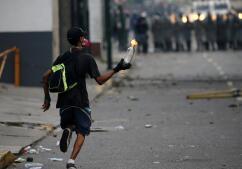 En imágenes: Fuego y gas lacrimógeno en la quinta jornada de protestas en Caracas