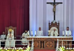 Multitudinaria misa del Papa Francisco en el estadio de la Defensa Aérea de El Cairo