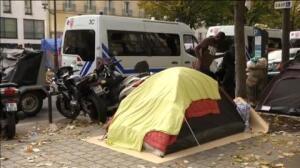 Tras el cierre de la 'Jungla' de Calais, 3.000 migrantes acampan en las calles de París