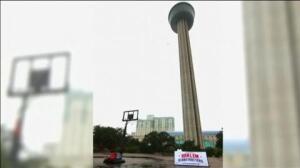 Encestando desde el cielo de San Antonio