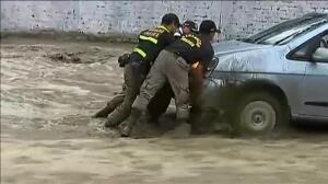 Miles de toneladas de tierra y rocas se desprenden por el temporal en Perú