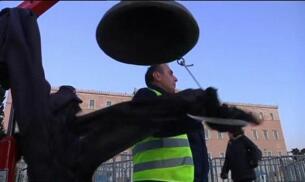 Grecia aprueba nuevos recortes y policías y bomberos se manifiestan contra los ajustes