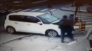Un hombre sobrevive al quedar atrapado entre un vehículo y un semáforo en un accidente