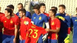 Los jugadores de la Sub-21 se acuerdan de su compañero Yeray antes de la semifinal ante Italia