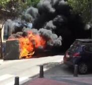 Arde un contenedor de papel y cartón en la calle de Claudio Coello