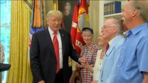 Trump recibe en la Casa Blanca a los supervivientes del ataque japonés a Pearl Harbor