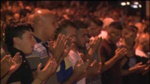Cientos de palestinos vuelven a protestar contra los controles israelíes
