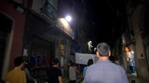 """Los vecinos del Raval frenan a una """"okupación"""" con manguerazos"""