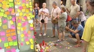 Tizas y pósits para homenajear a las víctimas del atentado