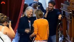 Abrazo de Forcadell con la diputada que retiró las banderas españolas