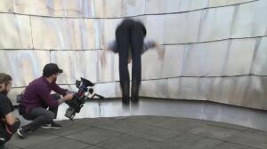Un free runner, en las azoteas del Guggenheim Bilbao