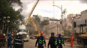 Efectivos y voluntarios trabajan sin descanso para localizar posibles supervivientes en México