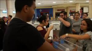 Miles de personas permanecen bloqueadas en el aeropuerto de Puerto Rico
