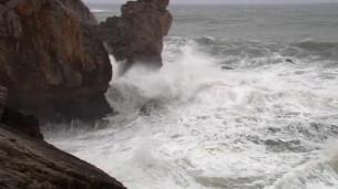 La costa gallega en alerta roja por imponentes olas
