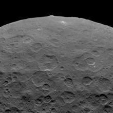 La prominente montaña Ahuna Mons visible en Ceres