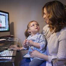 Loreto y su madre frente al ordenador